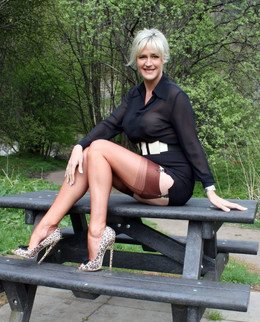 Leggy MILF in stockings posing in..