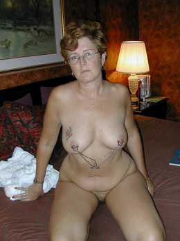 Curvy mature wife posing naked for..