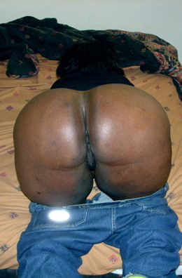 Booty black mom plays with didlo at..