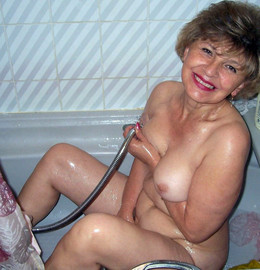 Amateur mature wife changes panties..