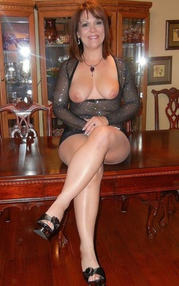 Naked mature lady posing in stockings..